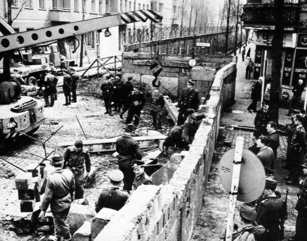 Berlin_wall_construction_1961