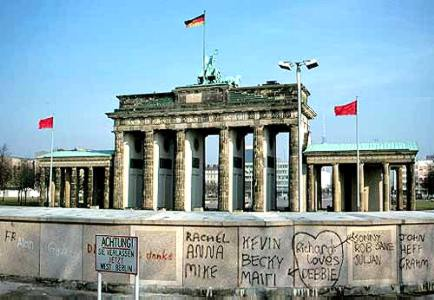 https://bunchofopinions.files.wordpress.com/2014/10/brandenburg_gate_1989.jpg